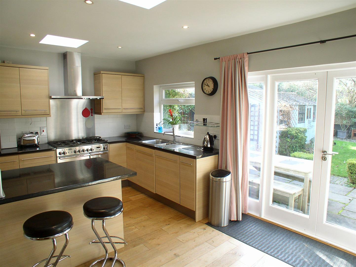 3 Bedrooms Semi Detached House for sale in King George Avenue, Walton-On-Thames